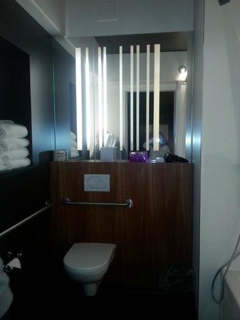 ALT Hotel Halifax Airport : Bathroom