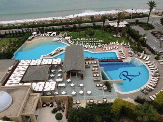 Amathus Elite Suites: Vue aérienne du restaurant le VAKAROLA et de la piscine principale