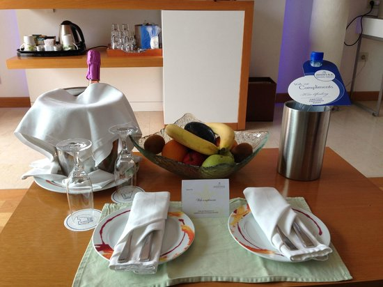 Amathus Elite Suites: La table du salon à notre arrivée