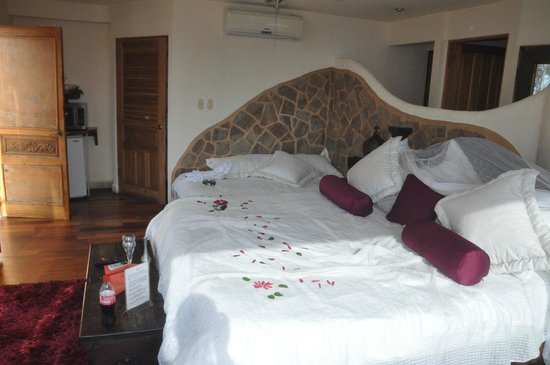 Issimo Suites Boutique Hotel and Spa : king size bed