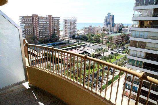 Hotel Castilla Alicante: Balcon et vue partielle sur la mer.