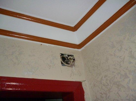 Emin Hotel: Muro sopra la porta