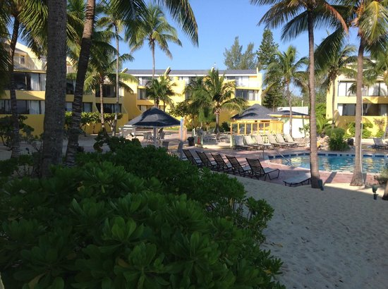 Blue Water Resort on Cable Beach : pool area and hotel