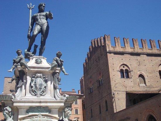 Piazza Maggiore : p.zza maggiore - fontana nettuno e pal. re enzo