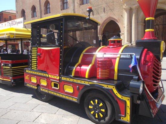 Piazza Maggiore : p.zza maggiore - trenino turistico