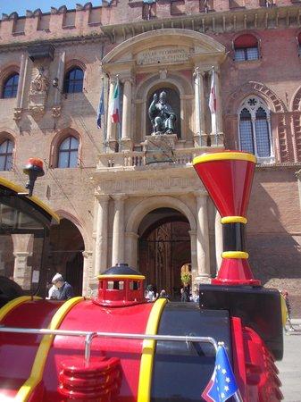 Piazza Maggiore : p.zza maggiore - statua san petronio e trenino turistico