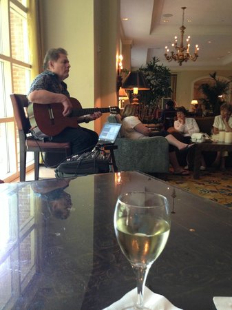 The Westin Riverwalk, San Antonio: Having glass of wine and listen to singer in hotel lobby