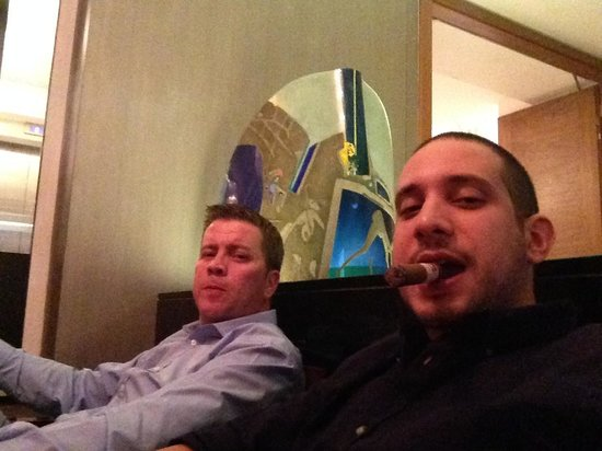 Hotel Kings Court: Allowed to smoke at the hotel bar. Heaven