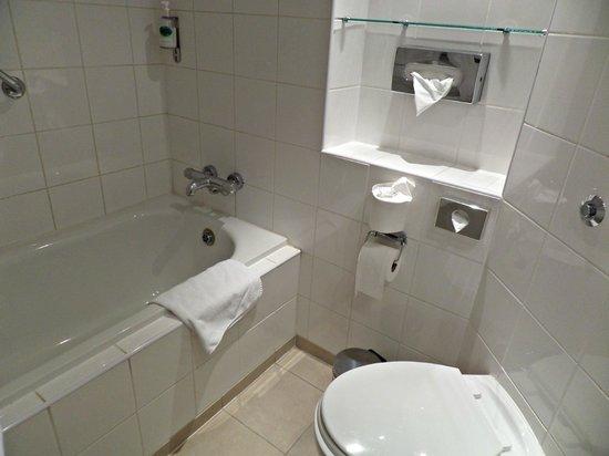 Aspect Hotel Kilkenny: Bathroom