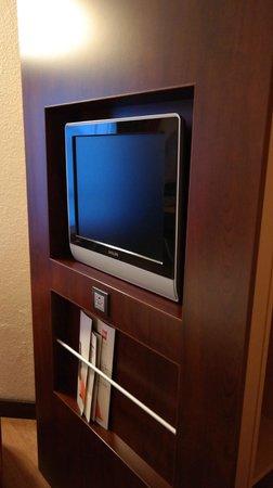 Ibis Antwerpen Centrum: Очень маленький шкаф за телевизором
