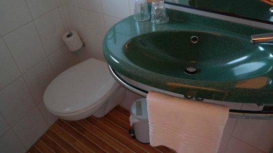 Ibis Antwerpen Centrum: Тесная ванная комната с душевой кабинкой
