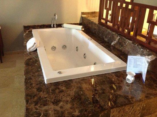Grand Palladium Bavaro Suites Resort & Spa: hot tub!