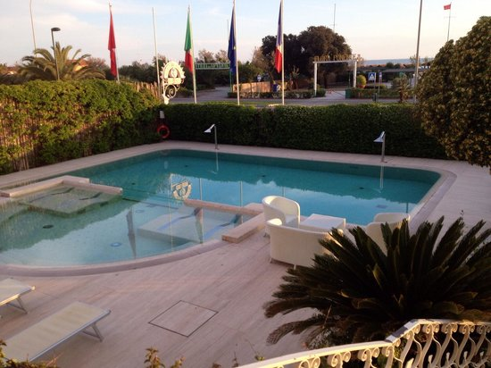 Hotel Il Negresco: Piscina jacuzzi esterna fronte hotel