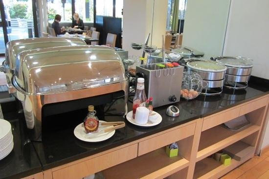 Mercure Montpellier Centre Comédie : pancakes, boiled eggs, omlette and bacon for those who like a warm breakfast