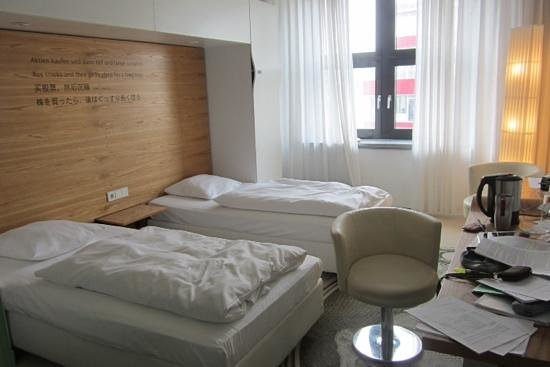 Park Plaza Wallstreet Berlin Mitte: bed room with window into a quiet court (note the water kettle... good for a tea!)