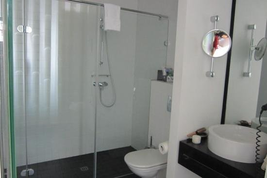 Park Plaza Wallstreet Berlin Mitte: bathroom: nice and spacious, no step into the shower