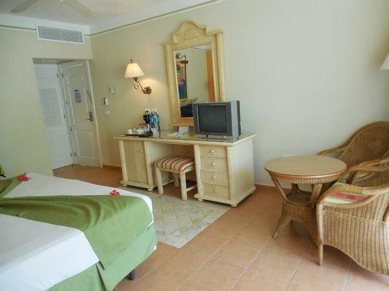 Grand Bahia Principe El Portillo : No need to upgrade!  Regular room is lovely.
