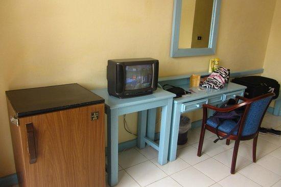 Triton Empire Inn: Fridge and TV in the room
