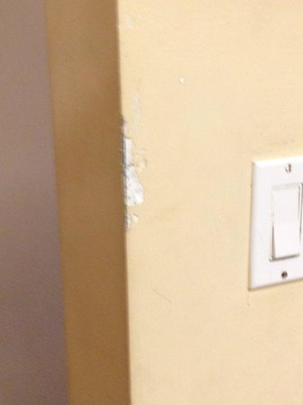 Beachcomber Resort and Villas: damaged walls in room