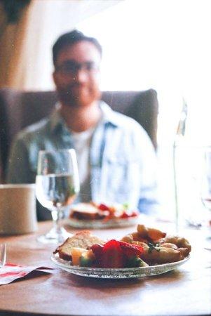 Salt House Inn: breakfast at the cute table by the window