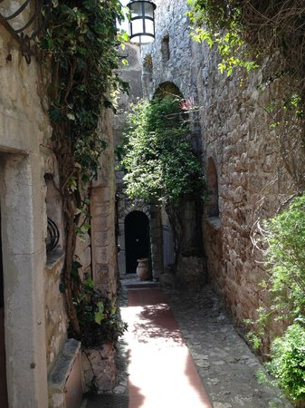 Bastide aux Camelias: Winding street with the suite on the left