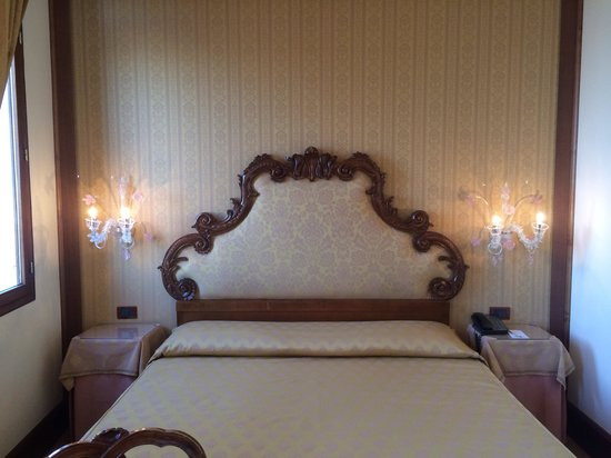Hotel Monaco & Grand Canal: Bed