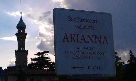 Bar Pasticceria Arianna: Villa Crespi im Hintergrund