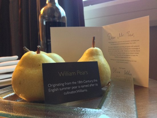 InterContinental London Park Lane: Complimentary pears and bottled water on Turn Down