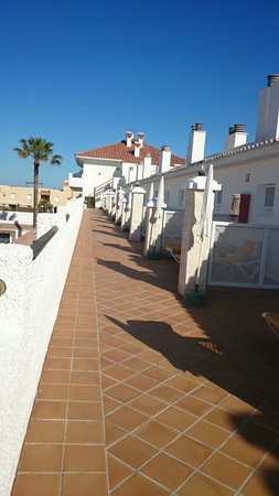 Hotel Playa de la Luz: Las terrazas de las habitaciones que dan mucha vida y vistas impresionantes!