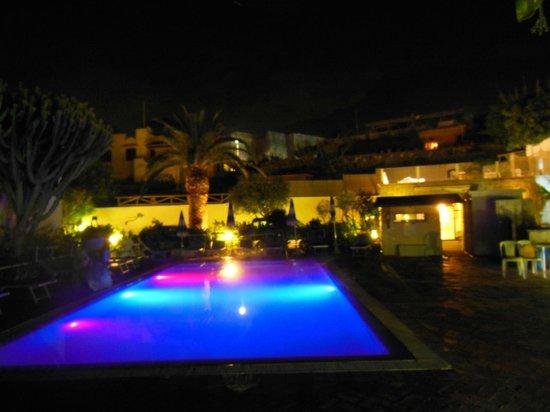Hotel Imperamare : Pool bei Nacht