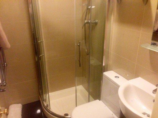 Her Majesty Hotel: Lovely, renovated bath.