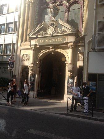 Le Manoir de Paris: Entrée discrète