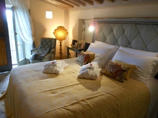 Casa Moricciani : Our rooms with fresh robes, linens and flowers daily