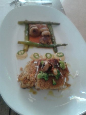 Corazon Cafe: Fish of the day, encrusted with almonds, with asparagus