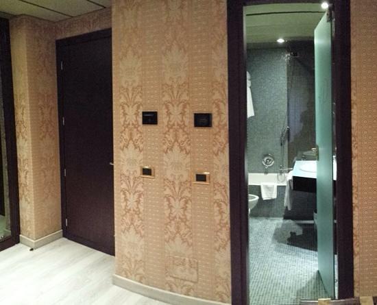 Hotel Pierre Milano: ingresso camera e bagno (112)