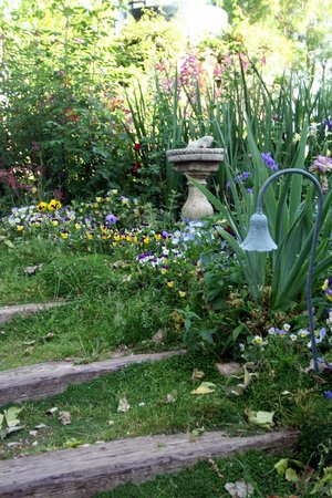 Orchard Hill Farm Bed & Breakfast: Charming Garden Steps