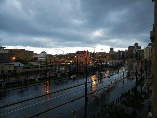 H2C Hotel Napoli: La vue par la fenêtre, deuxième étage, six heures le matin