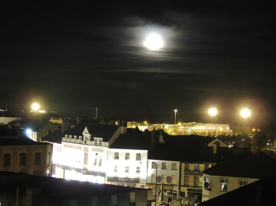 Radisson Blu Hotel, Athlone: View at Night from our top floor family room Velux Window