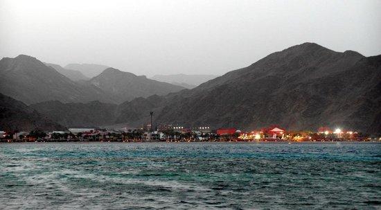 Miramar Resort Taba Heights : Вид с пляжа на соседний отель