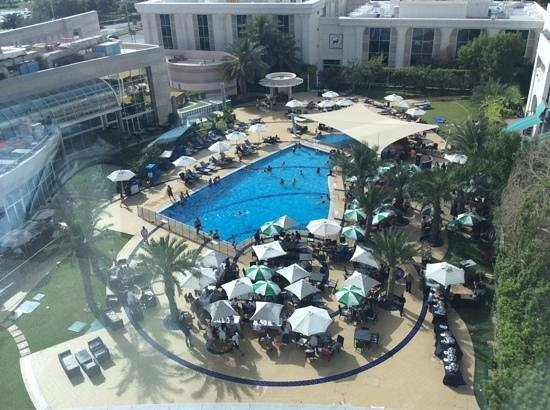 Le Royal Meridien Abu Dhabi: view of pool