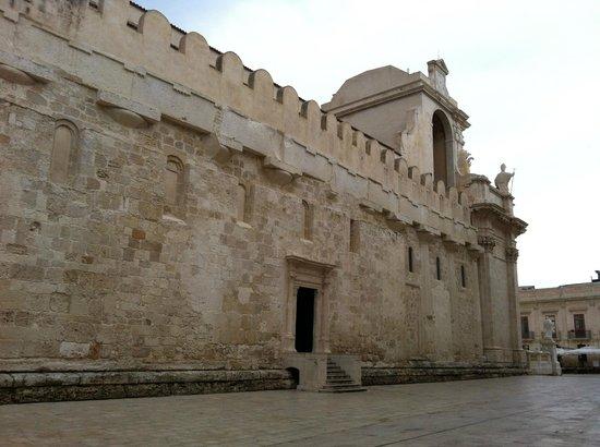 Ortigia: Fianco del Duomo con le colonne greche