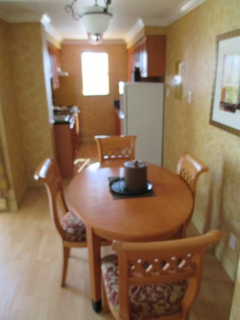 Sunset Inn and Suites: Dining area
