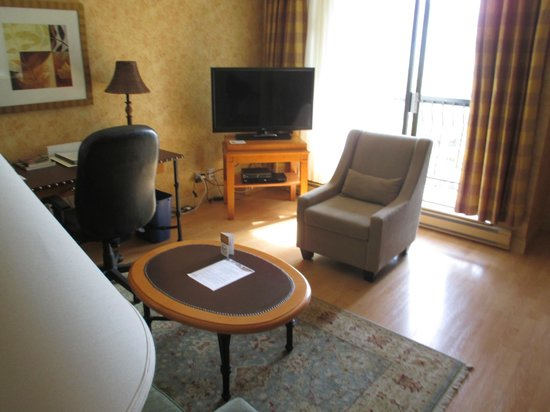 Sunset Inn and Suites: Living room