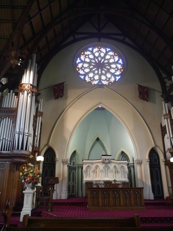 First Church of Otago: Pulpit and stained glass rose window