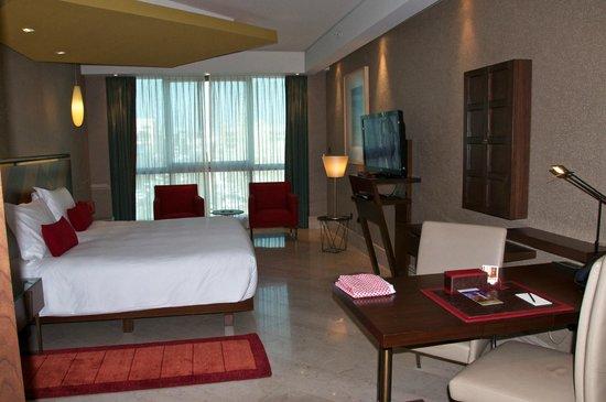 Jumeirah Creekside Hotel: Large room - Unusual angles