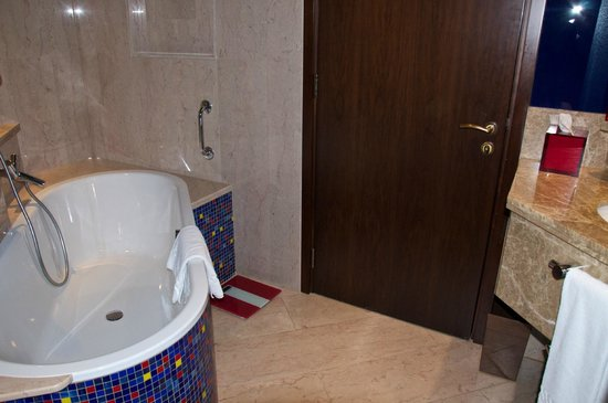 Jumeirah Creekside Hotel: Tub in large bathroom