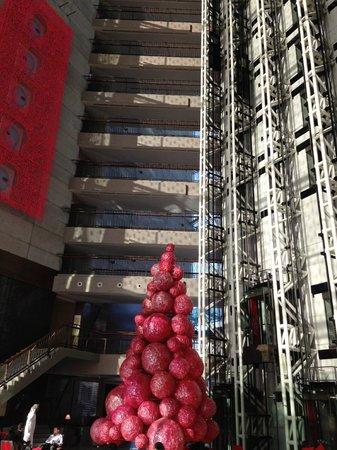 Jumeirah Creekside Hotel: Lobby at Christmastime