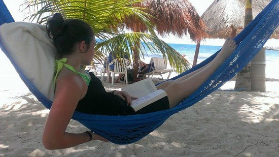 Hotel Marina El Cid Spa & Beach Resort : Reading a book in a hammock on the beach