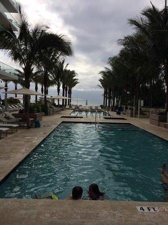 Grand Beach Hotel Surfside: piscina no térreo