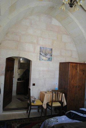 View Cave Hotel: habitacion con techos altos